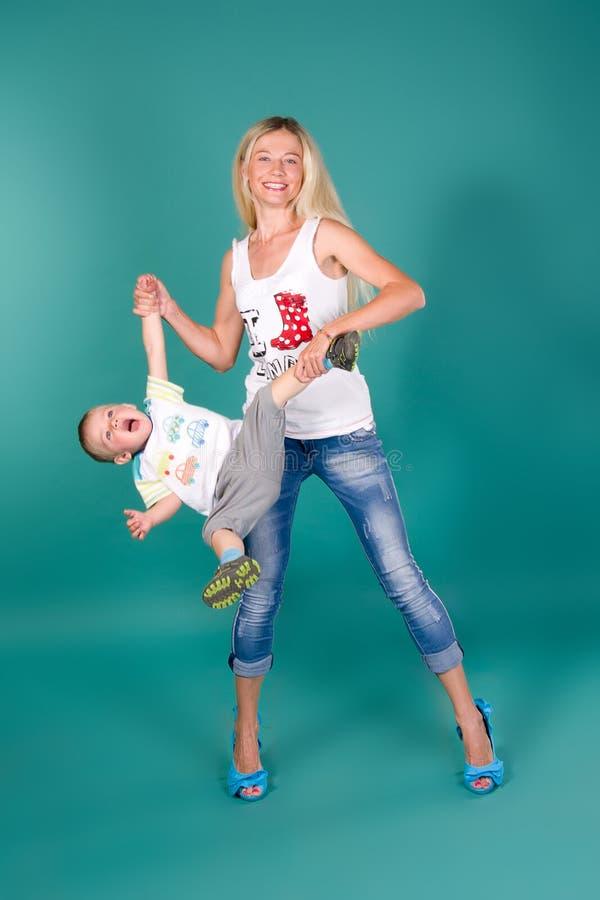 婴孩藏品母亲儿子 免版税图库摄影