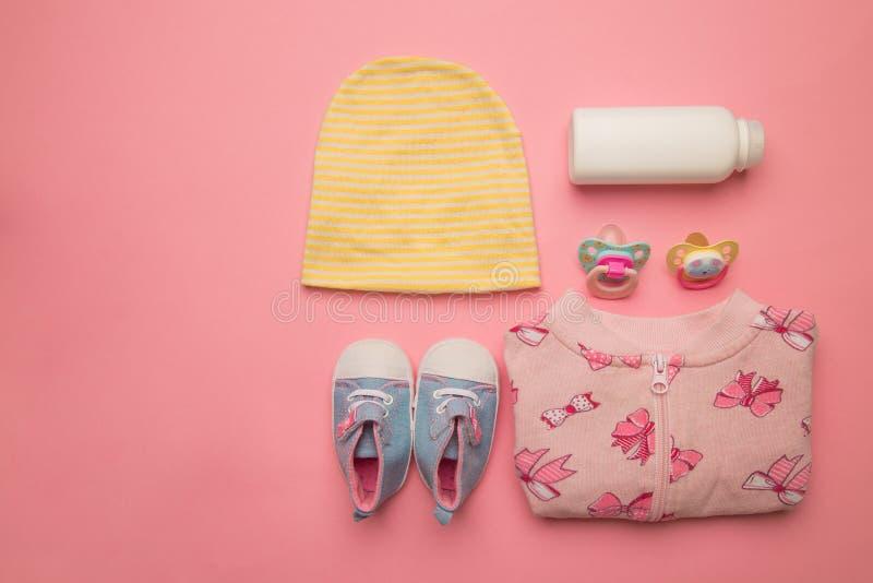 婴孩衣裳和辅助部件女孩的桃红色背景的 的treadled 免版税图库摄影