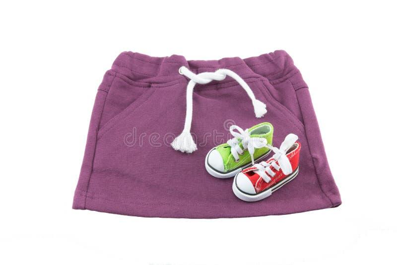 婴孩衣裳 婴孩的紫色裙子有白色亚麻制麻线isola的 免版税图库摄影