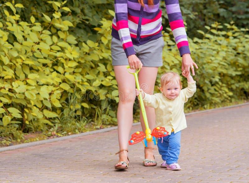 婴孩走与妈妈 免版税库存图片