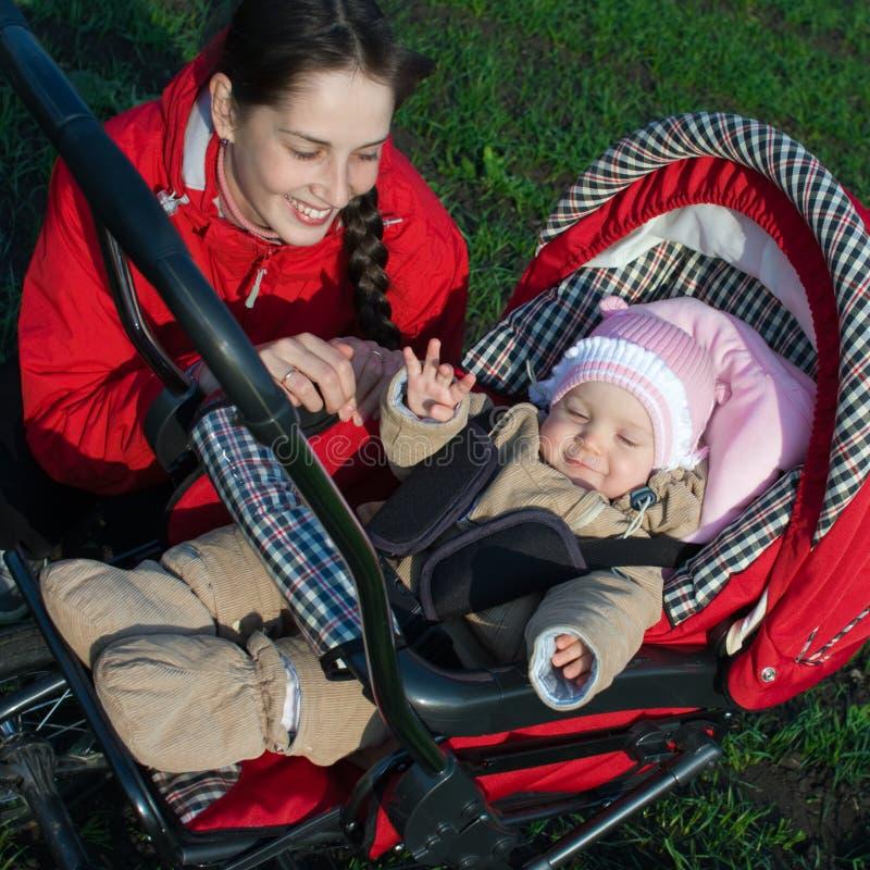 婴孩车妇女 免版税库存照片