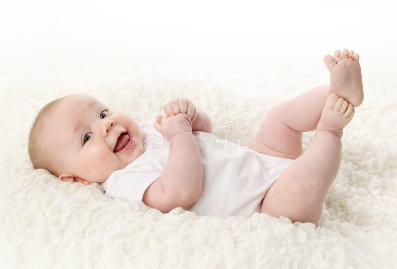 婴孩返回位于的微笑 免版税库存图片