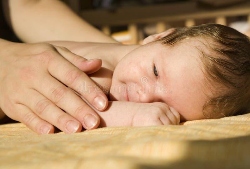 婴孩递母亲 库存照片
