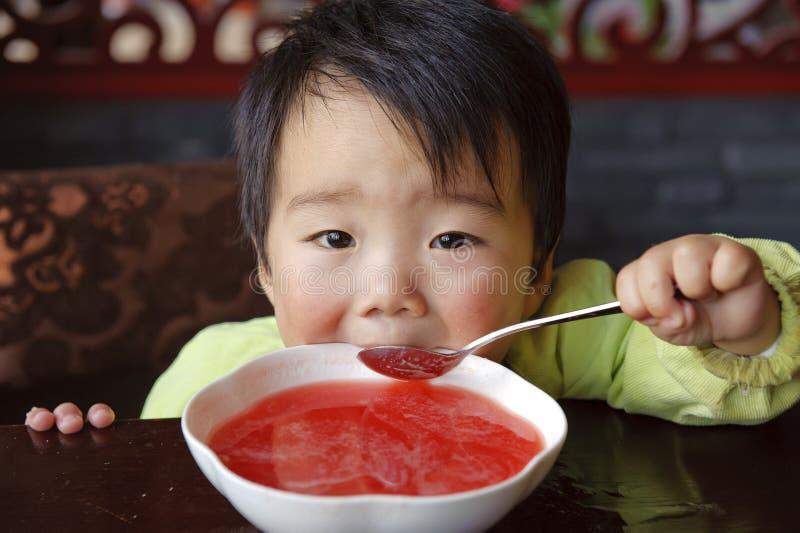 婴孩逗人喜爱喝 免版税库存照片