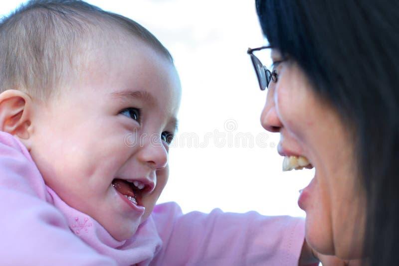 婴孩逗人喜爱微笑