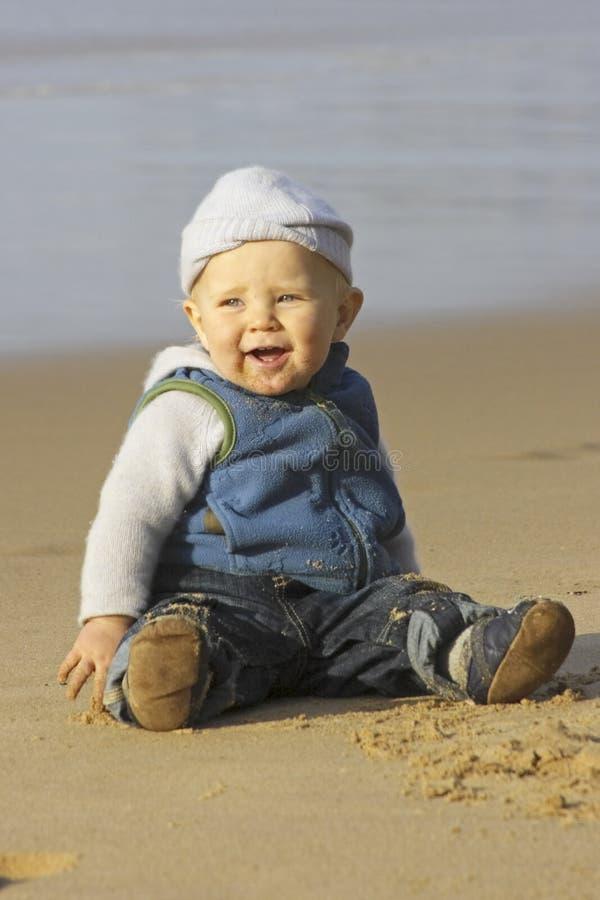 婴孩逗人喜爱海滩的男孩使用的一点 免版税库存图片