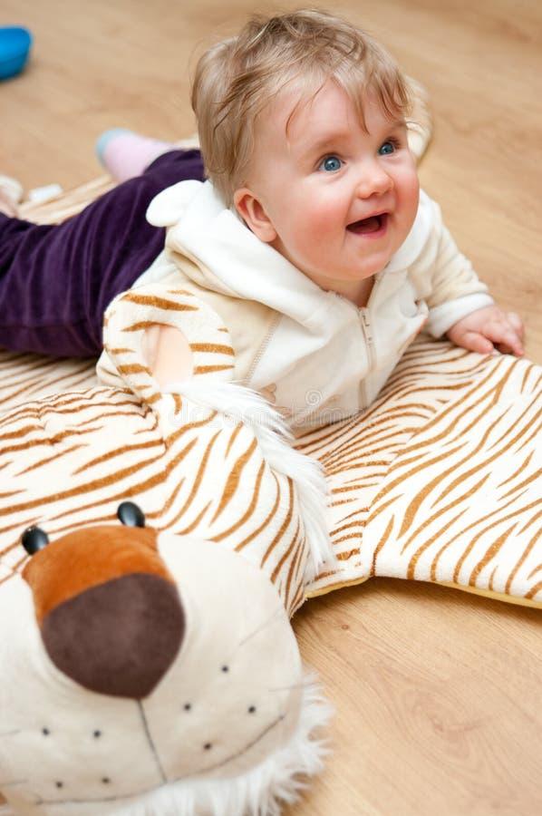 婴孩逗人喜爱的使用的地毯 免版税库存照片