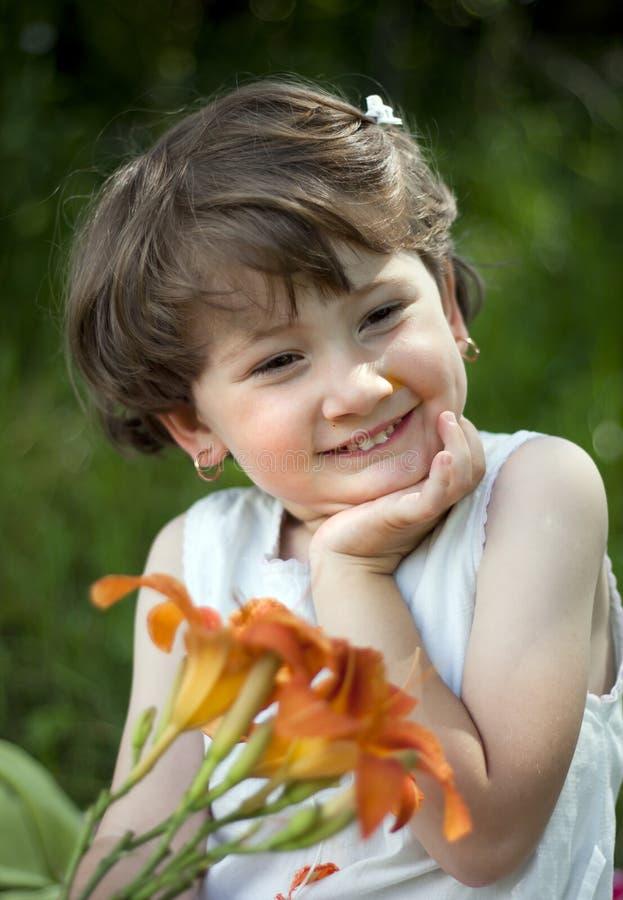 婴孩逗人喜爱的女孩室外使用 库存图片
