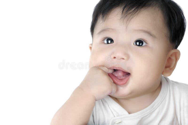 婴孩逗人喜爱的手指他婴儿嘴放置 免版税库存照片