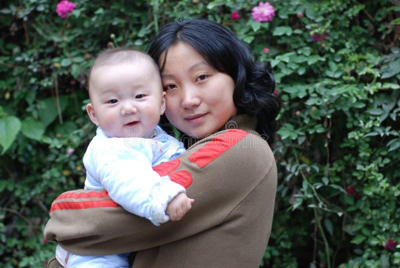 婴孩逗人喜爱的母亲 免版税库存图片