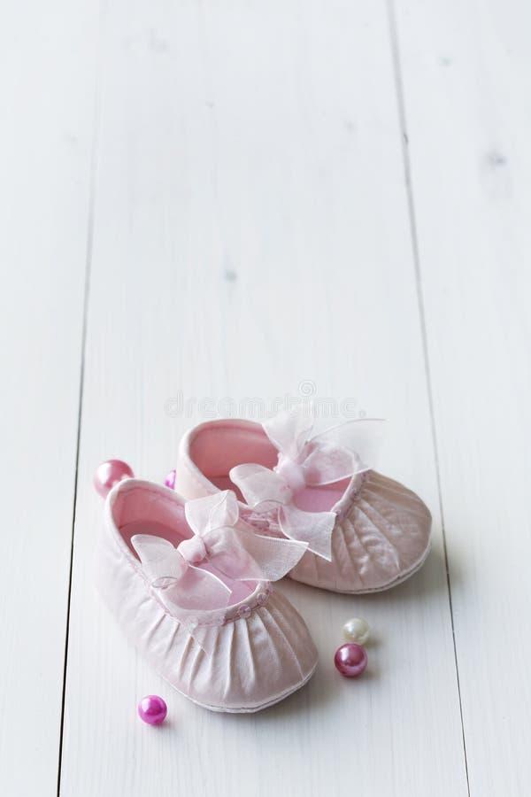 婴孩逗人喜爱的鞋子 免版税图库摄影