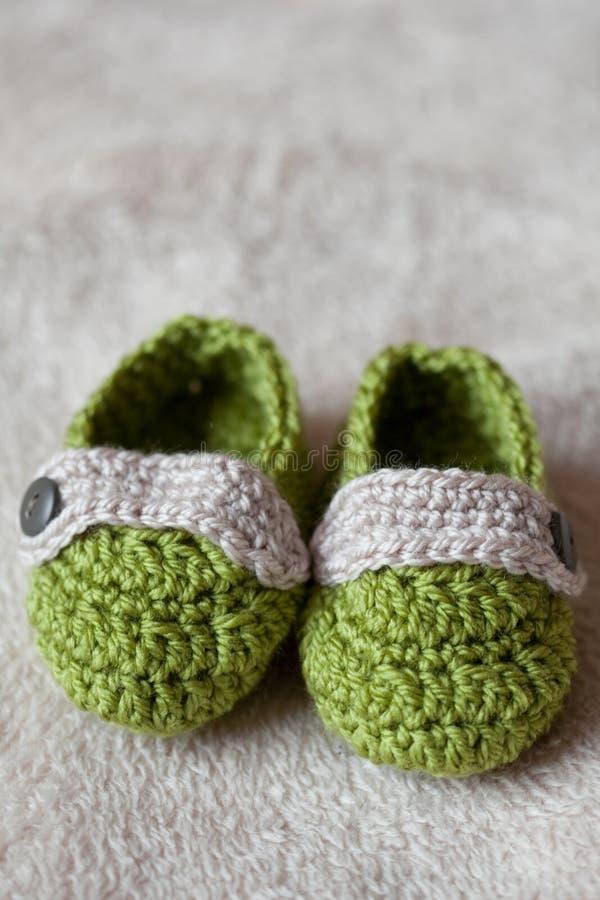 婴孩钩针编织鞋子 库存照片