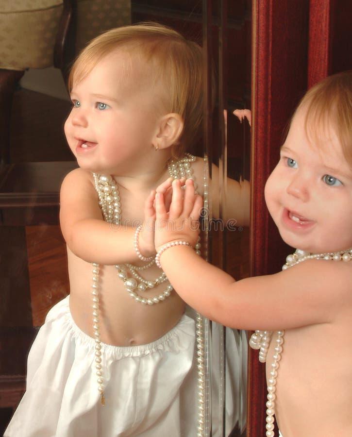 婴孩镜子 免版税库存图片