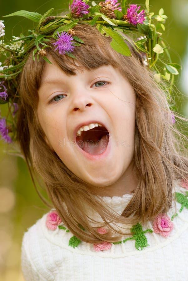婴孩雏菊女孩一点可爱的花圈 免版税图库摄影