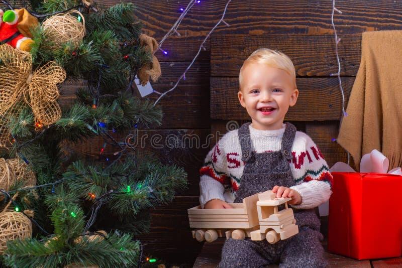 婴孩,圣诞快乐 好圣诞快乐和新年快乐,问候和从家舒适学会 免版税库存照片