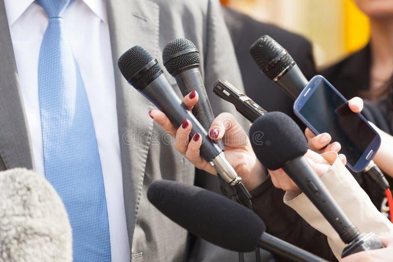 媒介采访 背景会议查出话筒新闻白色 图库摄影