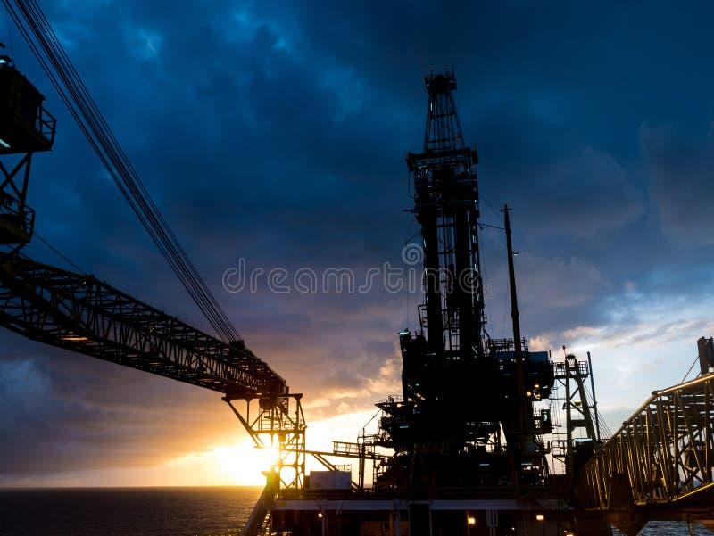 嫩协助的钻抽油装置驳船抽油装置井架  库存照片