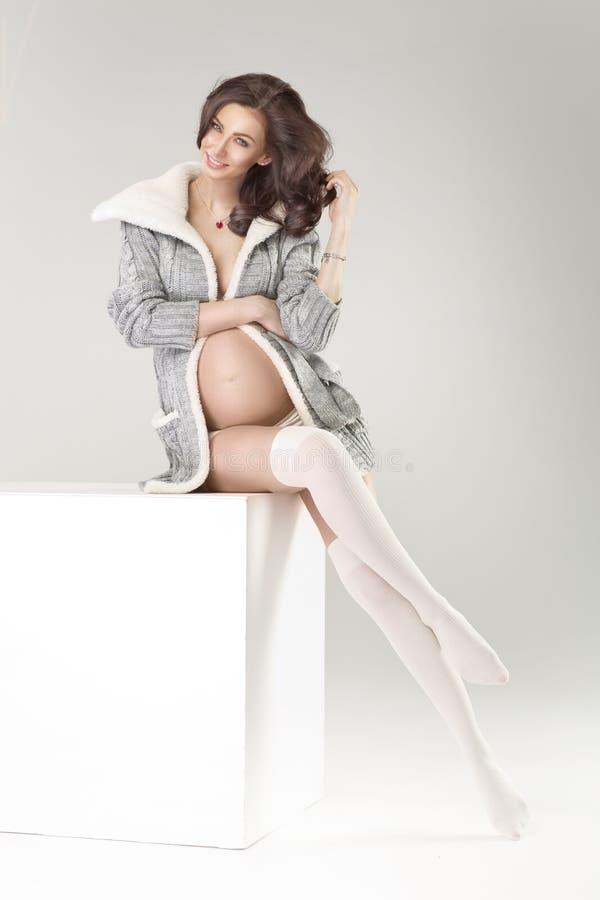 嫩孕妇佩带的膝盖lenght袜子 免版税库存照片
