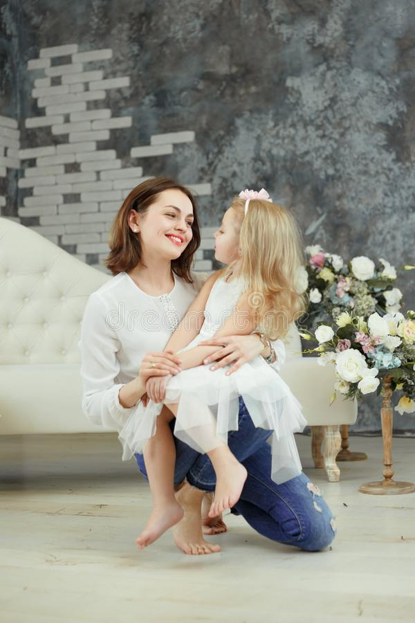 嫩拥抱母亲和女儿 库存图片