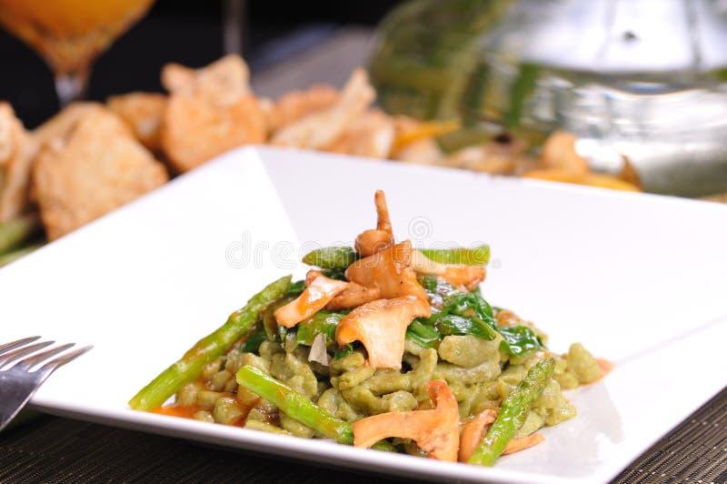 嫩煎的spaetzle拼写菠菜 免版税库存图片