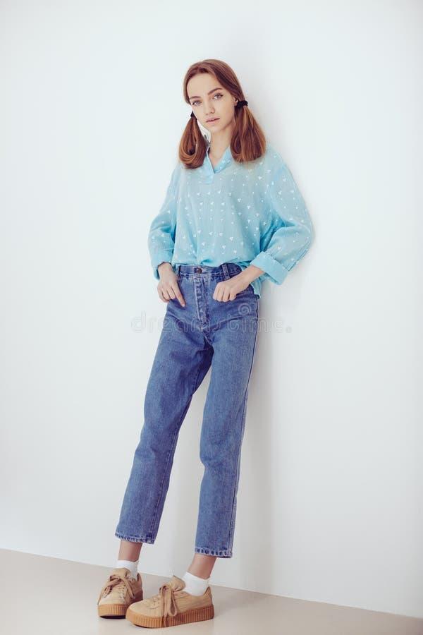 年轻嫩白肤金发的十几岁的女孩 免版税库存照片