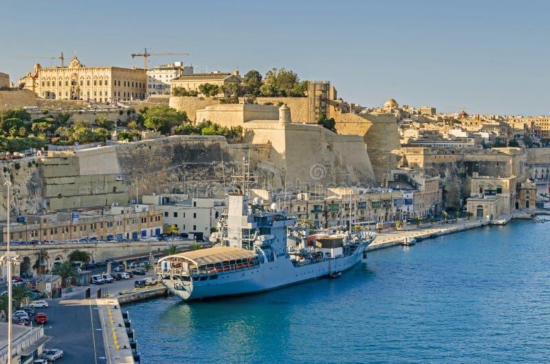 嫩A513在瓦莱塔港口停住了在与上部Barrakka庭院的老防波堤在背景中 图库摄影