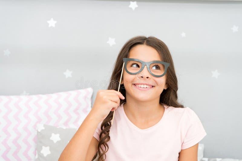 嬉戏和质朴 愉快的女孩一点 在面孔的女孩举行假玻璃 愉快的童年 我有一非常愉快 免版税库存照片