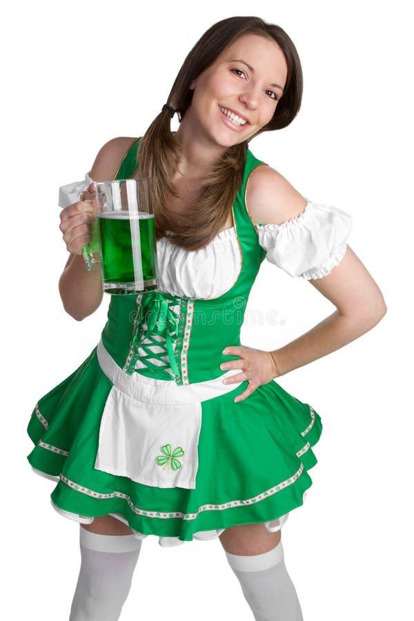 嬉戏啤酒的女孩 免版税图库摄影