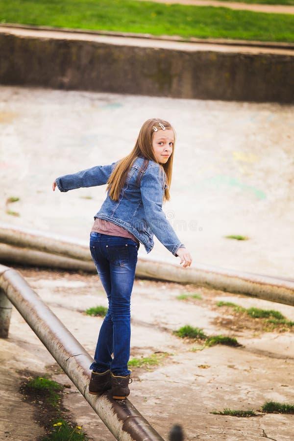 嬉戏的十几岁的女孩画象 免版税库存照片