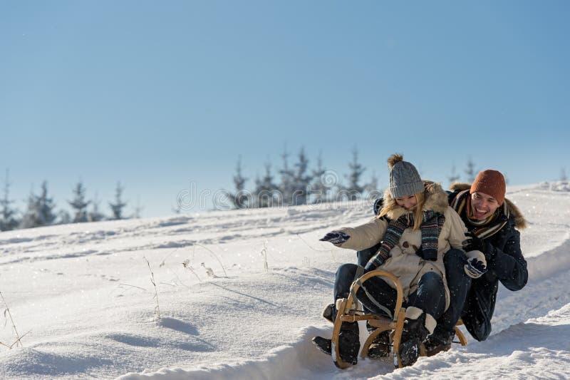年轻嬉戏的夫妇获得乐趣在雪 库存图片