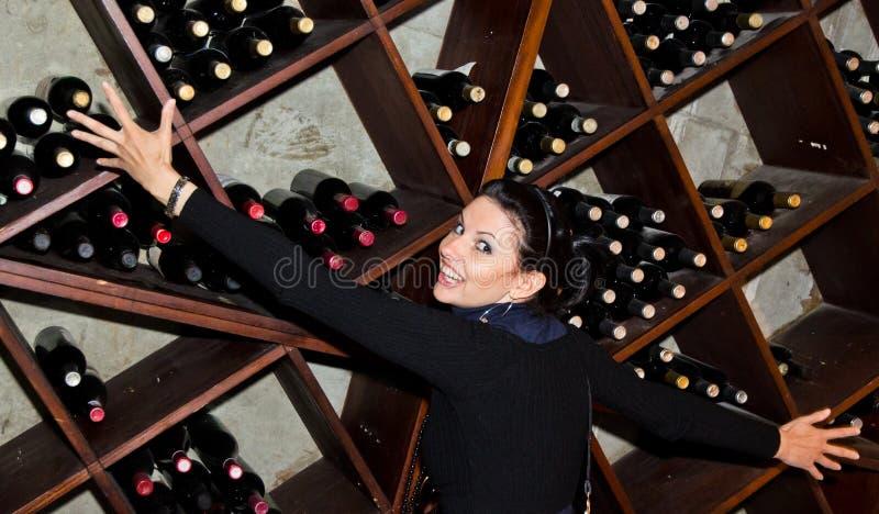 嬉戏的女性在葡萄酒库里 免版税库存图片