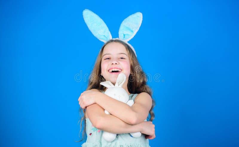嬉戏的婴孩庆祝复活节 春天假日 愉快的童年 愉快的复活节 准备在复活节天 复活节活动 免版税库存图片