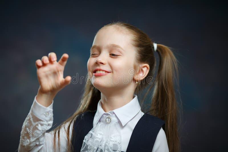 嬉戏的学龄前女孩被隔绝的画象特写镜头 免版税库存照片