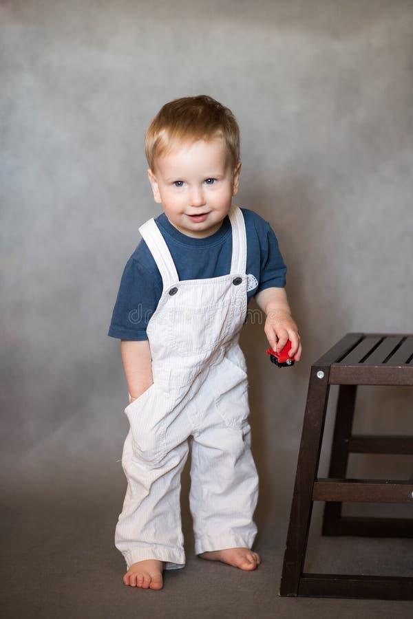 嬉戏的小男孩 免版税库存照片