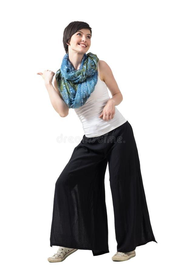 嬉戏的查寻跳舞年轻愉快的短发的妇女 库存图片