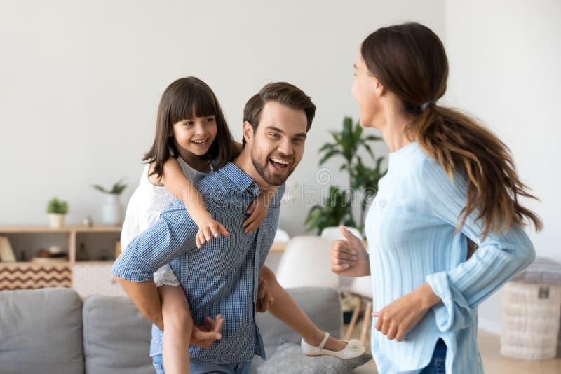 嬉戏的父母获得使用与学龄前儿童女儿的乐趣 免版税库存图片