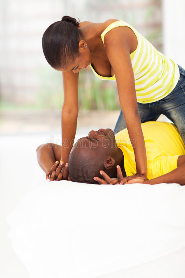 嬉戏的非洲夫妇 图库摄影