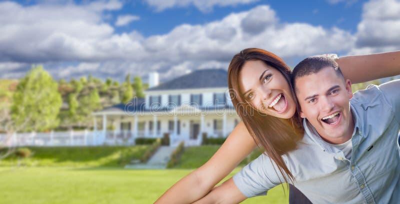 嬉戏的年轻军事夫妇美好的家外 免版税库存图片