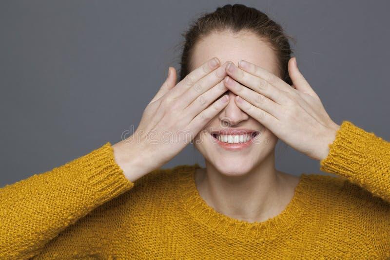 嬉戏的20s女孩的发光的幸福概念 免版税库存照片