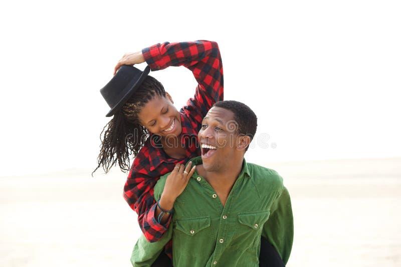 嬉戏非裔美国人夫妇微笑 免版税库存图片