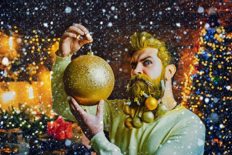 嬉皮士圣诞老人圣诞准备 Closeup portrait of bearded man in santa costume 大胡子美男 免版税库存照片