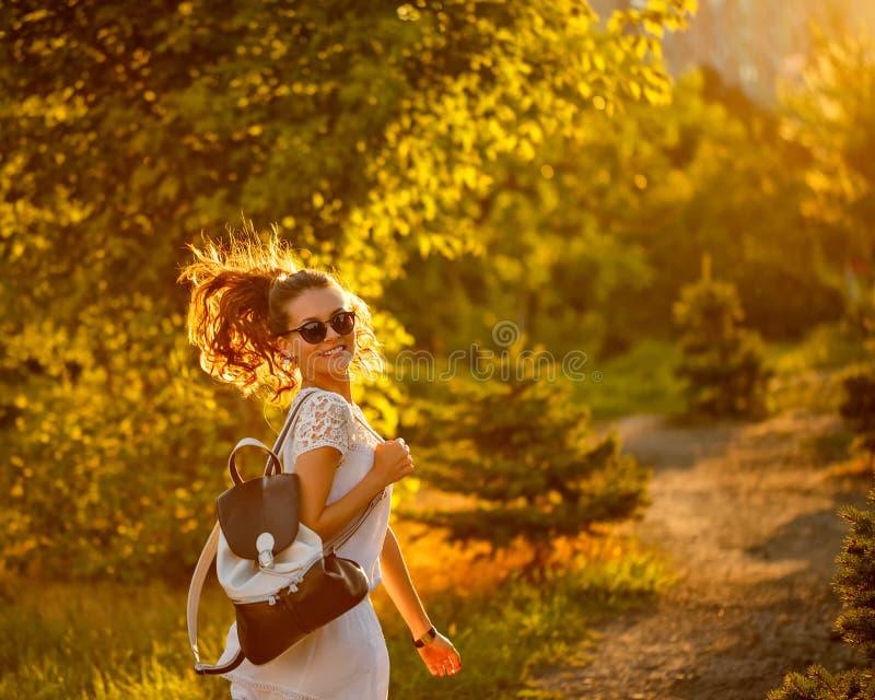 嬉皮女孩步行在公园 她转动了 免版税库存图片