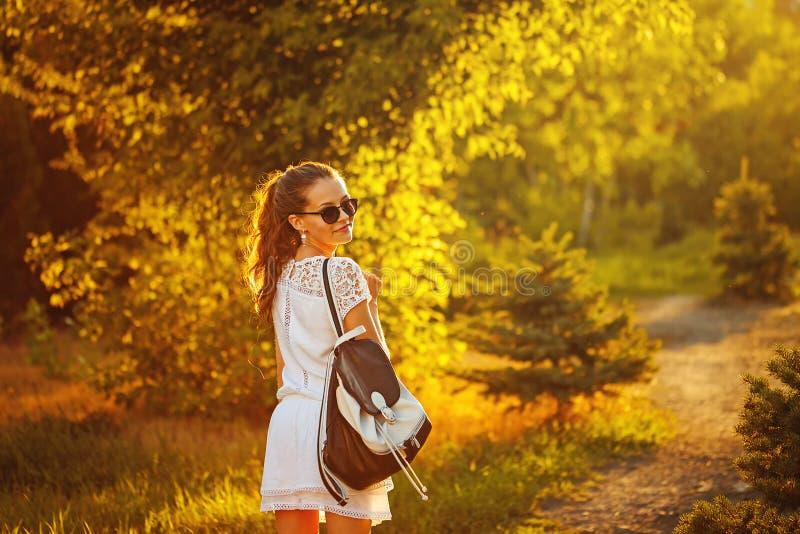 嬉皮女孩步行在公园 免版税库存照片