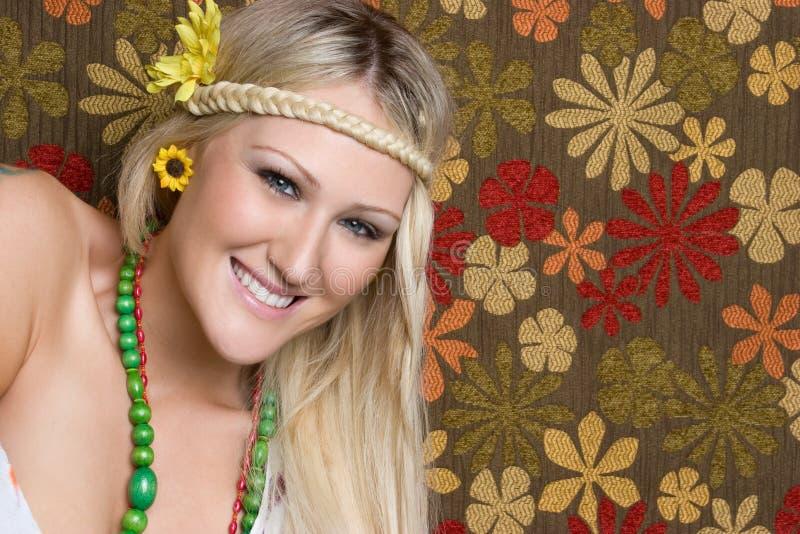 嬉皮微笑的妇女 免版税库存图片