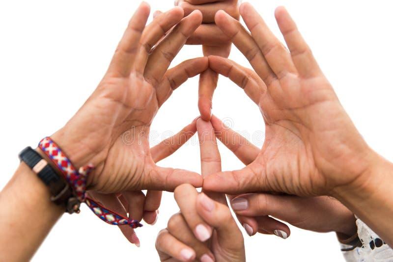 嬉皮朋友的手显示和平标志的 免版税库存图片