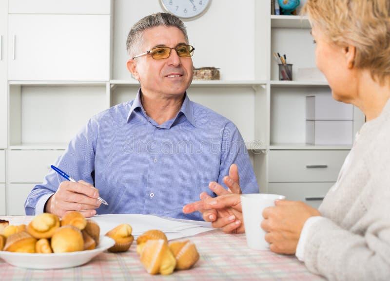 妻子和丈夫是谈论和学习重要合同 库存图片