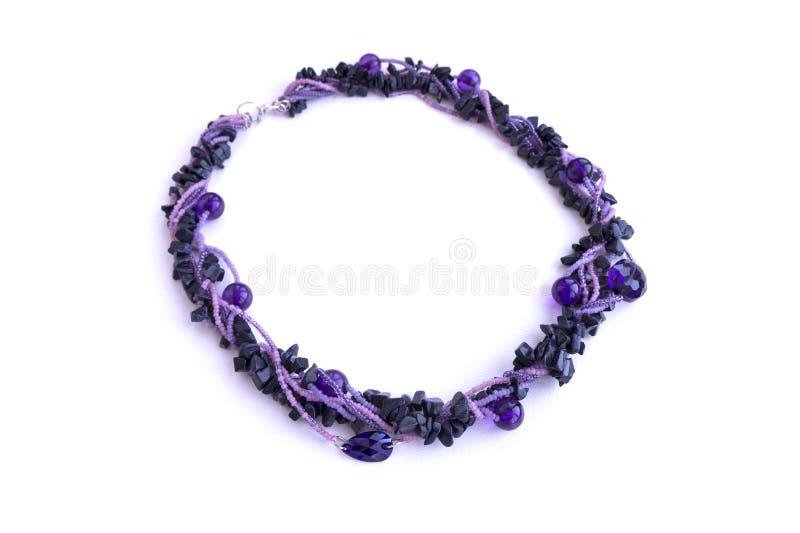 子宫颈手工制造首饰在从小珠的紫罗兰树荫下 免版税库存图片