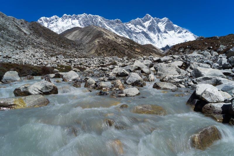 洛子峰山峰behide samll运河,珠穆琅玛地区,尼泊尔 免版税库存图片