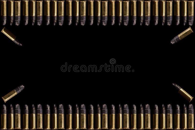 子弹和壳子弹在白色背景 一个小组在黑背景隔绝的枪的9mm子弹 在白色的弹药 免版税库存照片