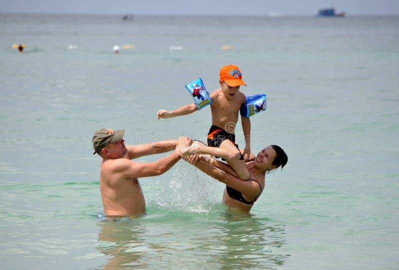 子项做父母普吉岛海运泰国 库存照片